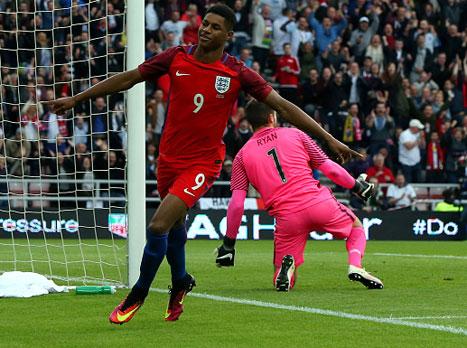 רשפורד הבקיע בבכורה בנבחרת, 1:2 לאנגליה