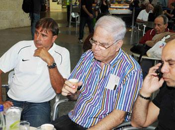 לוי ושחר (ראובן כהן, אתר מכבי חיפה) צפו במאמן מדבר
