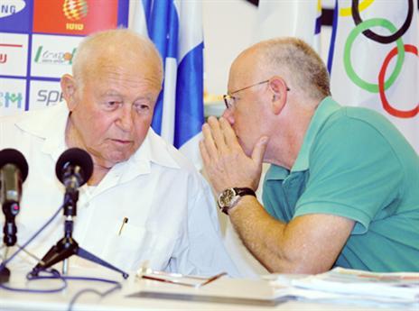 לוסטיג (מימין). הנציג הישראלי בהצבעה