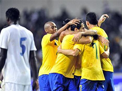 שחקני ברזיל חוגגים על גאבון (GETTYIMAGES)