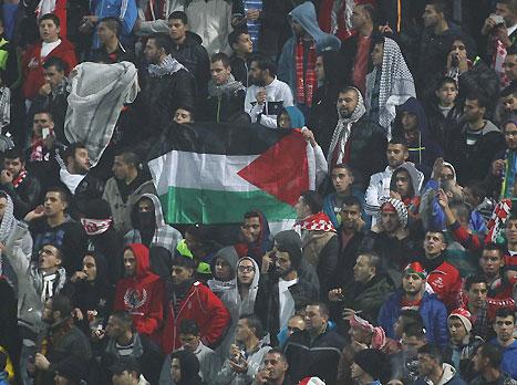 50 דגלי פלסטין הוחרמו, אוהדים נתקעו בדרך