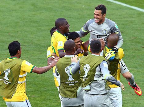 בתמונה: כל שחקני ברזיל רצים לגיבור הלאומי (gettyimages)