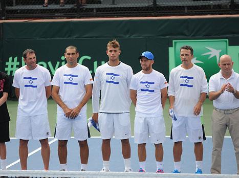 הנבחרת במהלך נגינת ההמנונים (איגוד הטניס)