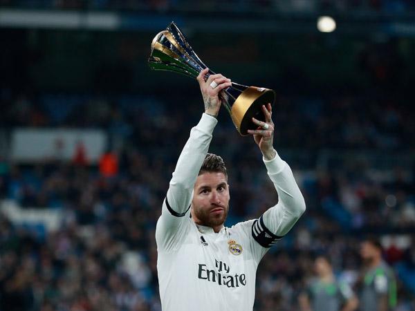סרחיו ראמוס והגביע בשנה שעברה. ריאל מדריד תשתתף גם בטורניר החדש (Getty)