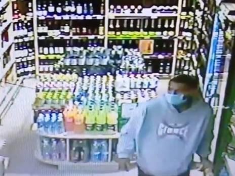 כבר לא מפתיע: רייס תועד גונב בקבוקי יין