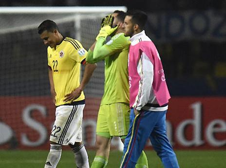 אכזבת הטורניר. שחקני קולומביה יורדים בבכי מהדשא (AFP)