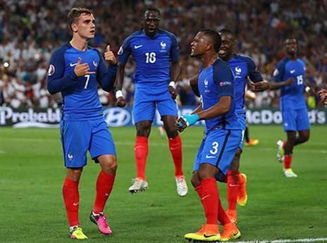 הצרפתים חוגגים שער בדקה קריטית