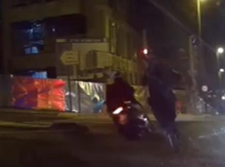 השוטר סוגר על רוכב האופנוע (דוברות משטרת ישראל)