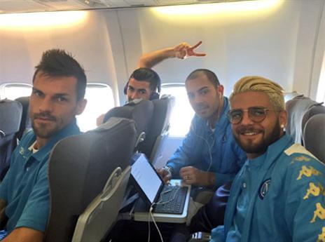 יחידה מגובשת, שחקני נאפולי בטיסה