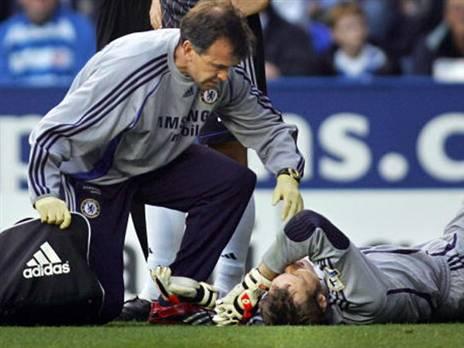 אחד מפציעות הראש המפורסמות בכדורגל בשנים האחרונות. פטר צ'ך שרוע על הדשא (getty)