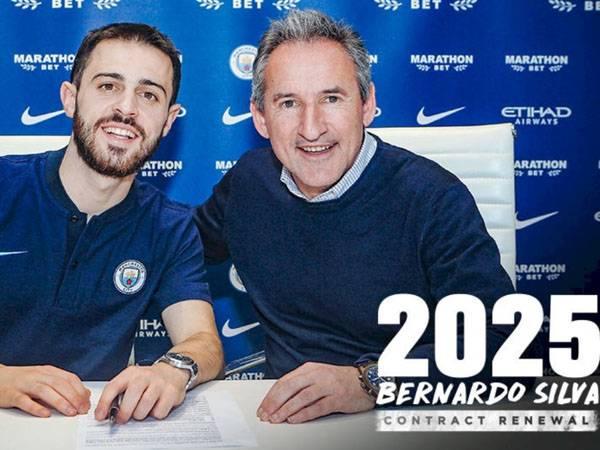 חתם עד 2025 בסיטיזנס. ברנרדו במעמד החתימה (צילום: אתר רשמי מנצ'סטר סיטי)
