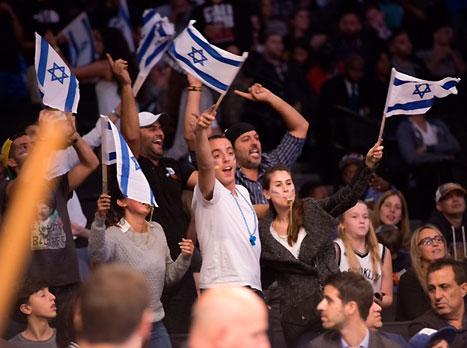 הרבה דגלי ישראל היו באולם (נעם גלאי, האתר הרשמי)