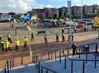 מחוץ לאיצטדיון: מפגינים עם דגלי פלסטין