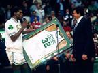 30.1 - היום לפני 23 שנים הבוסטון סלטיקס הוציאו את גופייה מספר 32 מכלל שימוש כהוקרת כבוד לאחד מהשחקנים הגדולים בתולדות המועדון, קווין מקהייל. הפורוורד האגדי שיחק 13 עונות עבור בוסטון במהלכן זכה ב-3 אליפויות ונבחר 7 פעמים לאולסטאר (getty)