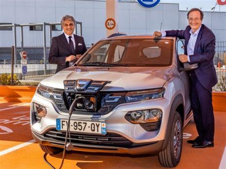 """לוקה די מאיו מנכ""""ל חברת רנו (משמאל) עם דאצ'יה ספרינג, הרכב החשמלי הזול באירופה"""
