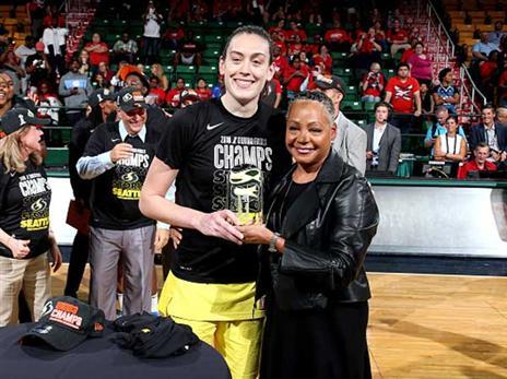 בריאנה סטיוארט מקבלת את פרס ה-MVP, שוב (getty)