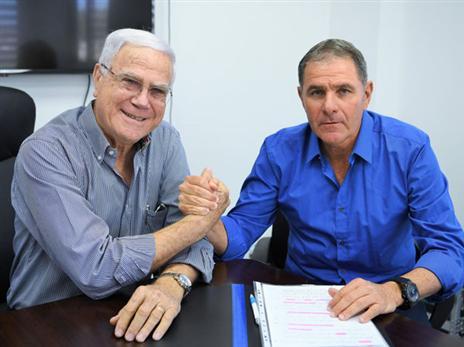 גוטמן עם שחר במעמד החתימה (תמונה באדיבות האתר הרשמי של מכבי חיפה)