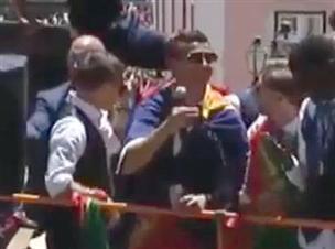 שיישאר בכדורגל: רונאלדו מנסה לשיר
