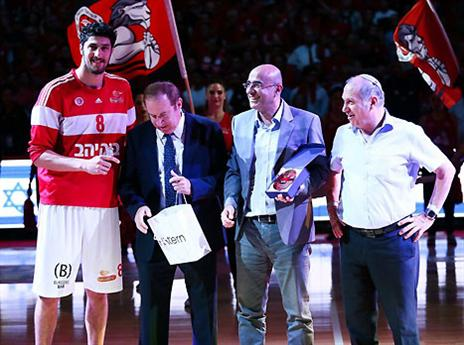 הוא גם היה MVP (צילום: אלן שיבר)