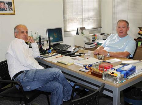 עם אבי לוזון. נחשב לאיש חזק בכדורגל הישראלי (האתר הרשמי)