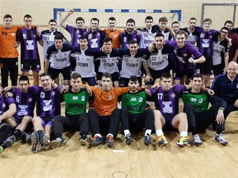 נבחרת הנוער עם קבוצת נוער מקומית בבלגרד (באדיבות איגוד הכדוריד)