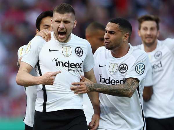 רביץ' חוגג עם פרנקפורט בגמר הגביע הגרמני (getty)