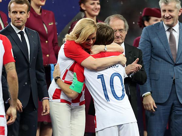 נשיאת קרואטיה, קולינדה גרבר-קיטרוביץ', מנחמת את מודריץ' (getty)