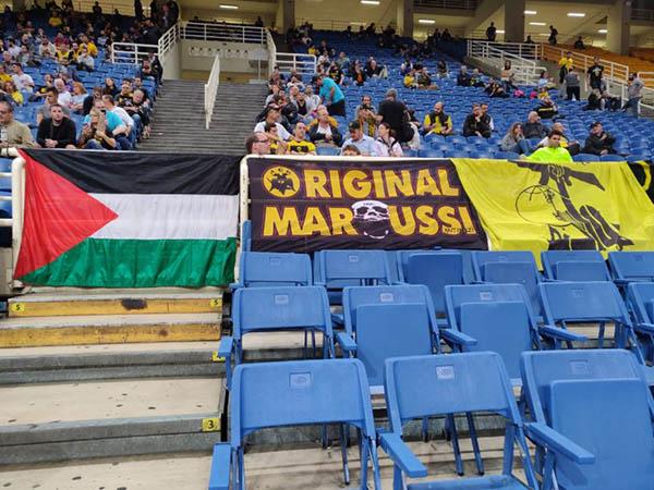 דגלי פלשתין וחיזבאללה ביציע