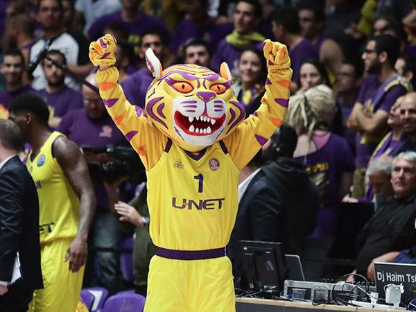 גם הקמע ידע לעשות שמח לאוהדים (FIBA)