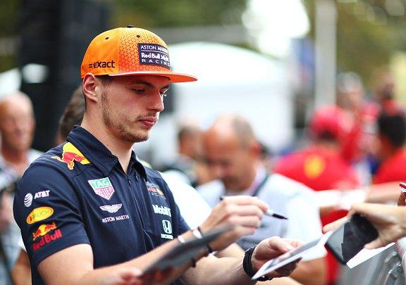 מקס וורסטפן מחלק חתימות לקראת המירוץ האיטלקי