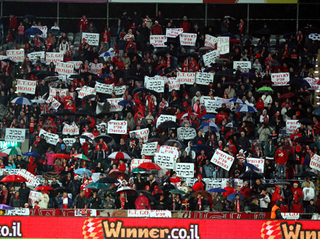 אוהדי הפועל מפגינים נגד טביב, 2012 (צילום: אלן שיבר)