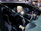 הנשיא האמריקני נוהג בקורבט ומחבק עצים