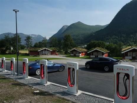 עמדות טעינה של רכבי טסלה בנורווגיה (צילום: Getty)