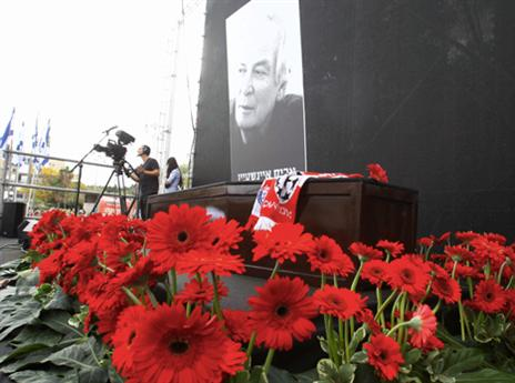הארון והפרחים (צילום: אלן שיבר)