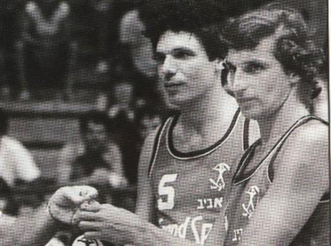 טורנשטיין (משמאל) עם בארי לייבוביץ' במשחק הפרידה של האחרון (באדיבות ויקיהפועל)
