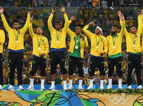 ניימאר והחברים עם המדליות (Getty)