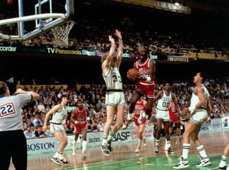 """20.4 - היום לפני 31 שנים מייקל ג'ורדן קבע את שיא הנקודות למשחק בפלייאוף כשקלע 63 נקודות בהפסד של שיקגו בבוסטון לאחר שתי הארכות, 135:131. על ההופעה של ג'ורדן באותו משחק אמר לארי בירד: """"זה היה אלוהים מחופש למייקל ג'ורדן"""" (getty)"""