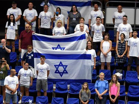 גם הקהל הגיע לתמוך בנבחרת בסלובניה (צילום: Slavko Kolar, EHF)