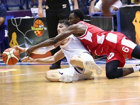 זיו נלחם עם כריסטון על הכדור (באדיבות מנהלת הליגה)