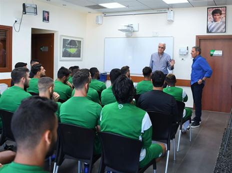 היכרות ראשונה עם השחקנים (תמונה באדיבות האתר הרשמי של מכבי חיפה)