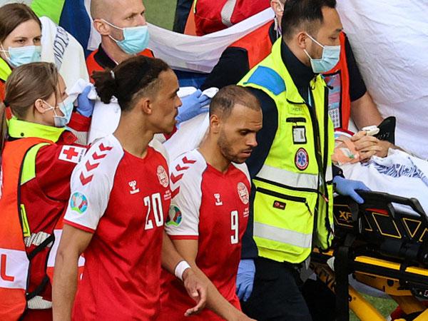 שחקני דנמרק עוזרים לפנות את הכוכב מהדשא (Getty Images)