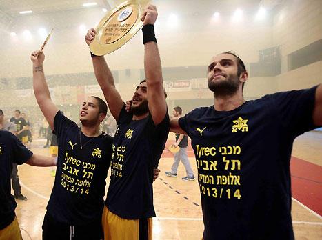 יניפו שוב את הצלחת? שחקני מכבי תל אביב חוגגים בסיום העונה הקודמת