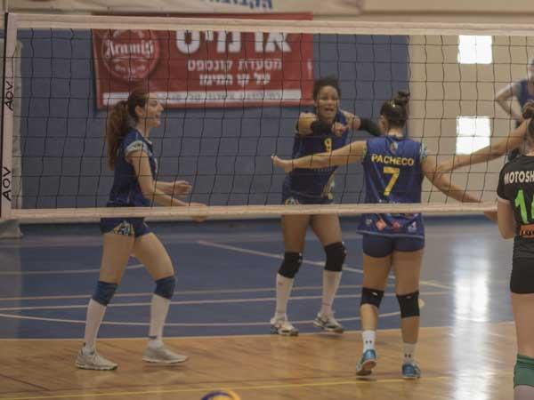 שחקניות אשדוד במהלך ההפסד (צילום: טטיאנה קולונגורוב)