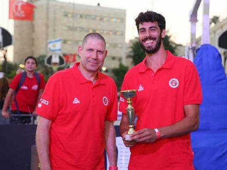 עמית גרשון הזוכה בתחרות השלשות מקבל את הגביע ממאמנו אורן עמיאל (צילום: ארנון בוסאני)