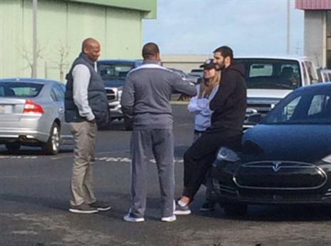 כספי ואשתו, שני, משוחחים עם מאמן ניו אורלינס, אלווין ג'נטרי והג'נרל מנג'ר, דל דמפס