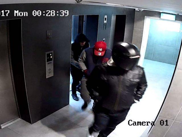 שימו לב לדמויות חשודות בבניין (צילום באדיבות פוינטר)