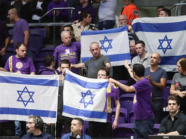 האוהדים תומכים בהיכל הטוטו בחולון (FIBA)