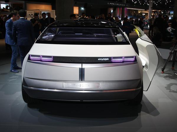 חוץ מהומאז' לפוני שהומצאה לפני 45 שנה, המכונית הזו מתהדרת בזוויות של 45 מעלות בחלק האחורי והקדמי, מוטיב יהלום וגם תכנון בהשראת מטוסים משנות ה-20