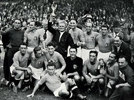 פוצו ושחקניו עם הגביע ב-1938 (gettyimages)