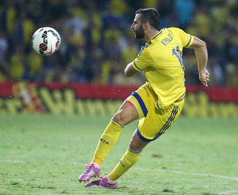 שלומי אזולאי מתרגל לצהוב כחול (צילום: אלן שיבר)